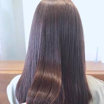 ヘアブラシは、使う目的に合わせて選ぶ方法も。ブラッシング用、スタイリング用、シャンプー用、など目的は様々。1本でヘアケアが上手くいかないときには、目的別にアイテムを使い分けてみるのも良いでしょう。また、傷んだ髪に効果が期待できるアイテムもありますので、その時々の髪のお悩みやトラブルに合わせて選ぶのもコツです。