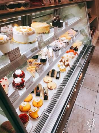こじんまりとしていながら、スタイリッシュな店内のショーケースに並ぶ美しいケーキの数々。「自家製」にこだわり、自家製のナパージュ(フルーツなどの上にかけ、ツヤやテカリを出す透明のゼリーのようなもの)はなんと10種類にもおよびます。