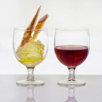 小ぶりのサイズ感がおうち喫茶にちょうどいい、スペインからやってきた「ガウディ」という名前のワイングラス。シンプルなデザインは、盛り付けるスイーツを引き立たせてくれるんです。