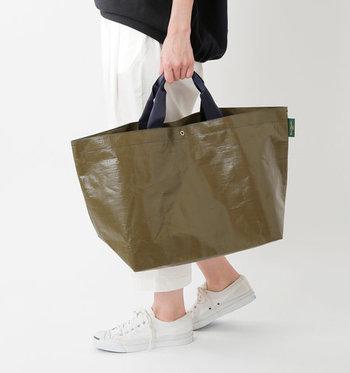 「Herve Chapelier(エルベシャプリエ)」のマルシェトートバッグは、品の良さはそのままに、軽くて水に強い素材の大きめサイズが特徴。手持ちも肩掛けもOKです。