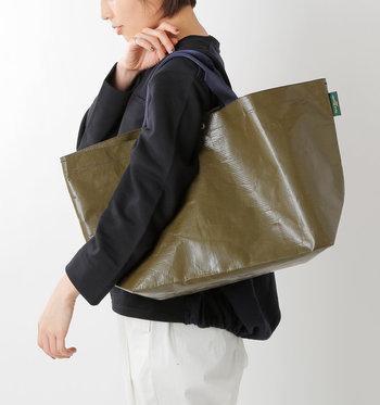 コンパクトに折り畳めるので、バッグの中に忍ばせておけば、急な雨のときに荷物をまとめられ安心です。汚れも付きにくいので、梅雨明けした後もアウトドアや夏のレジャーで大活躍してくれますよ。