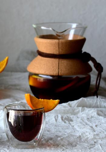暑い夏は冷たいアイスコーヒーが飲みたくなりますよね。そんなこれからの季節にぴったりなのが、オレンジとレモンの香りが爽やかな「フルーツコールドブリュー」です。水出しコーヒーにオレンジとレモンを漬けておくだけで、自宅で簡単に素敵なドリンクが作れますよ◎。