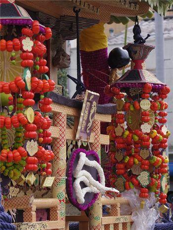 祭典で担がれる神輿は、ずいき(里芋の茎)、赤茄子、栗、柿、稲穂などの果物や野菜で飾られているため、「ずいき祭」と呼ばれるようになったと言い伝えられています。