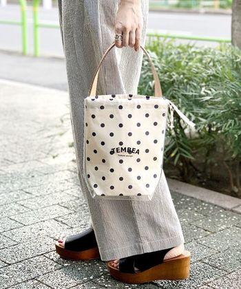 「TEMBEA(テンベア)」のPVCバッグは、しっかり厚みのあるビニール素材を使用。バゲットトートミニは、小ぶりながらもマチがしっかりとあるので、ちょっとしたお出かけにもぴったり。