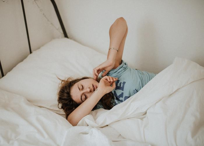 暑さで体力を消耗する夏はしっかりと睡眠をとることが大切です。寝苦しい夜はエアコンを28~29度ほど、さらにサーキュレーターや扇風機を併用し、室内の風をまわしてあげると、眠りやすい環境になります。また、ストレスを減らすためにも、理想とされる7時間の睡眠時間は確保したいところです。