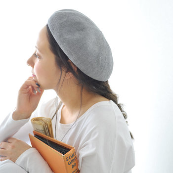 人気のリネンベレー帽。ゆるめの編みおろしや、三つ編み、フィッシュボーンなども相性抜群。ゆるっとした雰囲気が女性らしさを醸し出します。