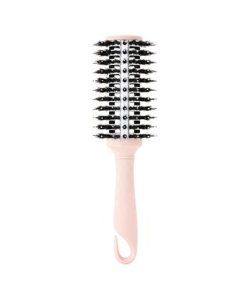 名前の通り、360度くし歯のある円形のブラシです。スタイリングのときに活躍してくれるブラシで、ブローしながらカールを付けたいときや、くせを伸ばしたいときなどに便利。くし歯の素材や付き方は商品によってさまざまです。素材選びを工夫すると、よりスタイリングしやすくなったり、髪質にあったケアが叶いますよ。静電気が気になる方は天然毛を。髪質別には、太くて硬い髪には、猪毛とナイロン製を。一方、細くて柔らかい髪には、豚毛と軟豚毛のロールブラシがおすすめです。また、カールをしっかりつけたいときには、細めのブラシが良いのだそう♪