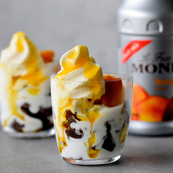 冷凍マンゴーとアイスのひんやりとした口当たりが心地よい、夏らしいサンデー。サンデーグラスから見えるとろりと溶ける様子が、涼しさを誘います。
