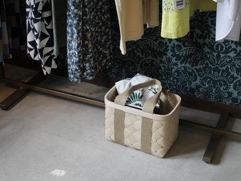 エストニア産の高品質の白樺材を使用。ナチュラルな素材感とシンプルなデザインが暮らしにそっと寄り添ってくれるバッグです。バスケットとしてインテリアに使用するのもいいですね。
