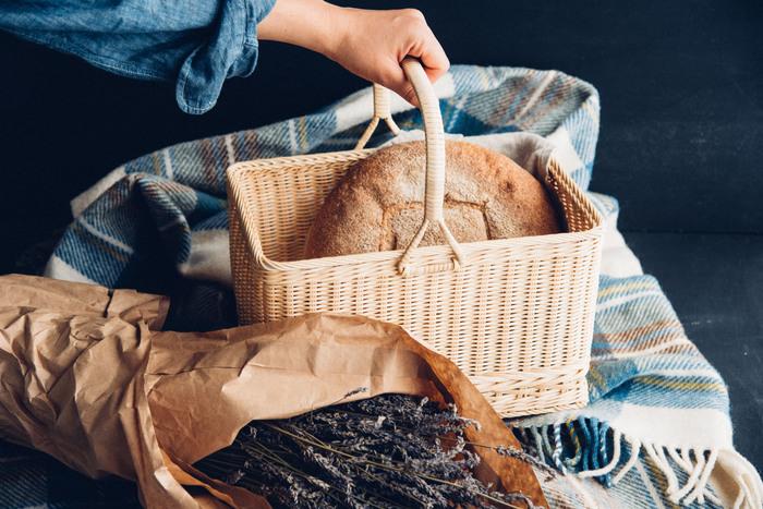 昭和の時代にあったような、どこかなつかしい雰囲気ただようお買い物かごバッグ。インドネシア産の籐を用い、長野県で製作されました。深さもちょうどよく、肘にかけてサッと買い物に出られるようなサイズ感です。