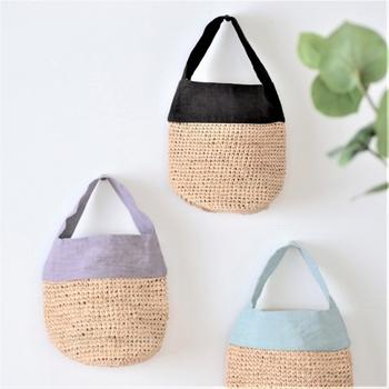 コロンとした丸みのあるシルエットが可愛らしい、丸底のミニバッグです。ラフィア椰子と、風合いのある天日干しリネンのコンビネーションは、夏のお出かけにぴったり。