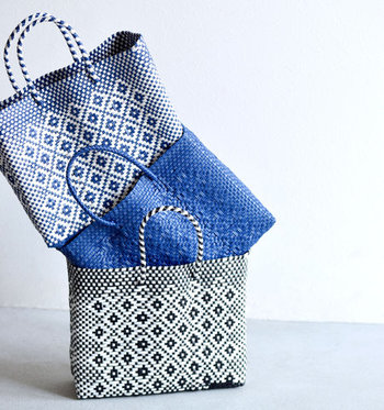 メキシコに暮らす職人さんたちの手によってひとつずつ丁寧に作られたバッグは、柄の大きさや色の配置が少しずつ異なり、ハンドメイドならではのぬくもりが感じられる一品です。