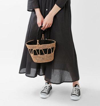 いろいろな素材・形状のかごバッグの中から、自分にぴったりのお気に入りを見つけたいですよね。今回は、この夏コーデに取り入れる際に参考になる、様々なかごバッグをご紹介します。