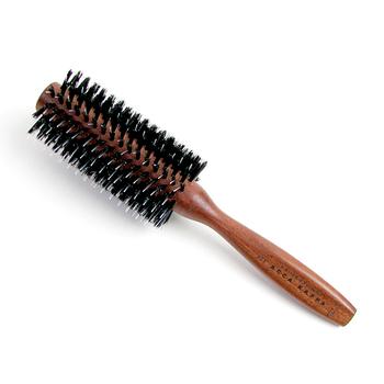 こちらは、髪の毛が細くて柔らかい方におすすめのロールブラシです。くし歯には、猪の毛とナイロンフィラメントを使用。ナイロンフィラメントが髪の毛を優しくつかんで整え、猪の毛はツヤ出しに役立ちます。ストレートにブローしたいときにも最適。ドライヤーの熱にも強いブラシです。