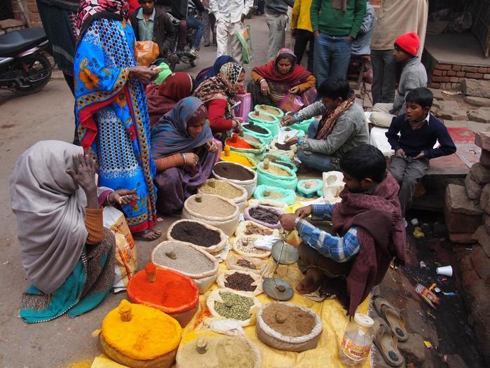 けれども、インドをはじめとした南アジアや西アジア圏では、ガラムマサラといった配合スパイスを用いることはありますが、料理や材料、季節、食べる人の体調に合わせて、スパイスを上手に使い分けて料理を作ります。 【北インド・アーグラーのスパイスの露天商。カラフルな民族衣装同様に、スパイスも多彩。】