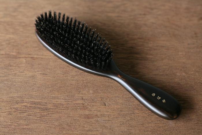 1914年創業、100年以上親しまれている「かなや刷子」のブラシです。天然毛のブラシが魅力のブランド。こちらは、猪毛と豚毛を使っています。さらに柄には天然木を使用。普段のヘアケアはもちろん、髪にツヤを出したいときの仕上げ、頭皮のマッサージにも生かしてみてくださいね♪