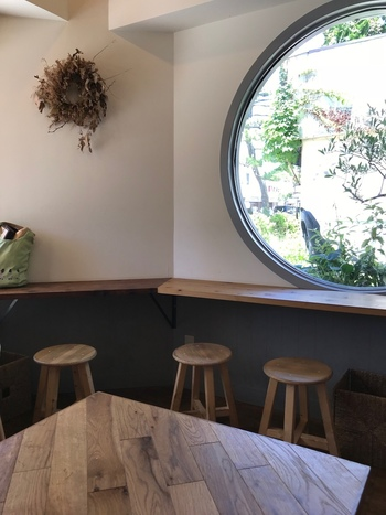 シンプルで落ち着く店内は、印象的な丸窓から覗く朝の鎌倉が優しく心地よい空間です。