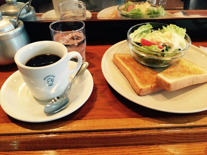 小さなサラダとトーストのモーニングセット。ここのコーヒーはサイフォンで抽出されていてとっても美味しいんです。朝も7時からオープンしているので鎌倉に到着後ホッと一息モーニングにオススメの場所です。