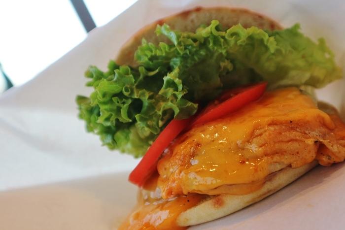 「焼きチェダーチーズグリルハンバーグサンド」は、とろ~りとしたチェダーチーズが抜群の存在感。このお店のサンドイッチは、地元の農家さんから毎日直送されたものを使用していて新鮮そのもの。お肉の旨みと新鮮野菜を手軽に味わえるので、ぜひ立ち寄ってみてはいかがでしょうか?