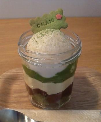 「抹茶ジャーケーキ」は、グルテンフリーのスポンジと豆乳カスタードクリーム、あんこが層を成すヘルシーで優しい味わいです。