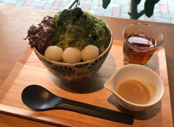 「有機抹茶のかき氷」は、濃厚な抹茶ソースに小豆と白玉を添えたボリューミーな1杯。きなこのソースを掛けて、味の変化も楽しめます。サイズは、レギュラーとラージの2種類です。