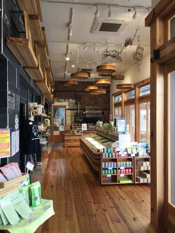 工場直売の新鮮なお茶や静岡抹茶を使った手作りお菓子などお土産販売の他、人気のお茶メニューを気軽に楽しむことができます。