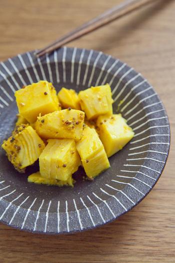 食感のいい筍を使ったアチャールは、カレーに合わせると絶妙なアクセントに。鮮やかな黄色がカレーを華やかに彩ります。マスタードシードの香ばしさとプチプチ感が口の中を爽やかにし、いい口直しにもなりますよ◎