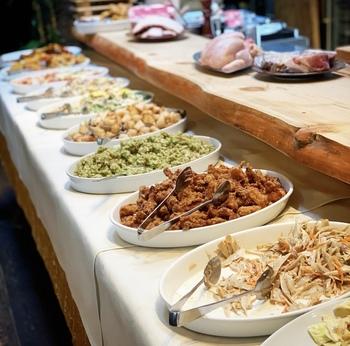 ランチタイムは、メインを注文すると旬のお野菜をたっぷり使った前菜のビュッフェがセットになります。10種類ほどある前菜は、それぞれ異なる調理法や味付けで、どれも食べてみたくなるものばかり。