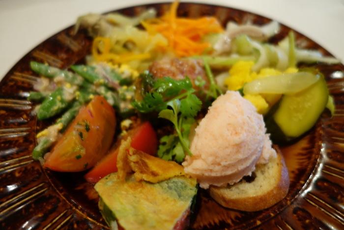 ある日の前菜は、タラコとジャガイモのムースやわかさぎのフリット、野菜のテリーヌなど。いろいろなものを少しずつ食べたい女性に大人気です。ランチでは、さらに地元野菜のサラダもついてくるのでお野菜がたっぷり食べられますよ。