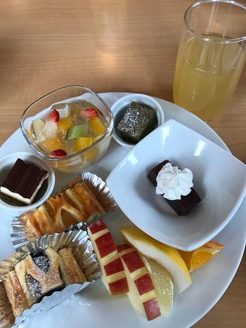 ケーキやフルーツなど、デザートも充実しています。週末や夏休みなどは混み合うことが多いので、事前に予約するのがおすすめです。