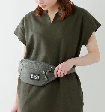 持ち歩き用のバッグは、貴重品と飲み物を入れられるくらいの小さめサイズにしておくと、動きやすいうえに体力的にも安心。また、音楽を聴いているうちにバッグを開けられる盗難被害も多いので、本体を身体の前に回せるショルダーなどがおすすめです。 着替えなど他の荷物は、有料(大体1000円前後)で荷物を預けられるクロークやコインロッカーを利用しましょう。