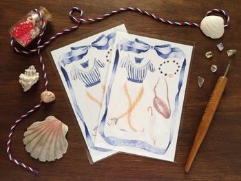 こちらは夏の装いをテーマにしたポストカードです。涼しげなワンピースや日傘は、見ていると何だかワクワクしてきます。
