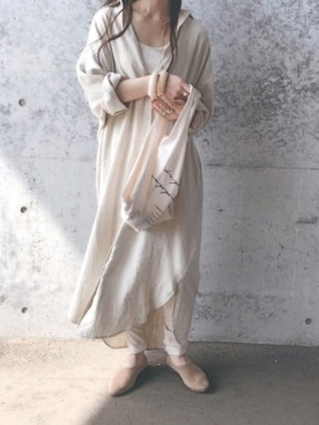 レーヨンと麻が混じった落ち感のあるロングワンピは、やわらかくたゆたう雰囲気がとても女性的。ニュアンスのある白は実は使いやすい色なんですよ。