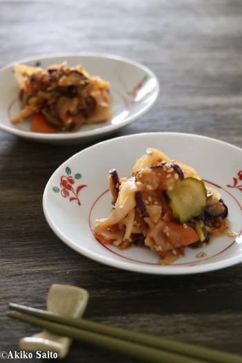 大根・にんじん・れんこんなど、野菜をたっぷり使った福神漬け。仕上げのごまが噛むたびに香ばしく、カレーと合わせて食べるといい箸休めになります。