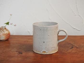 毎日のコーヒータイムに使って欲しい、ちょっとこだわりのカップ。シンプルなハンドメイドのカップは、素朴であたたかみのある風合いに。