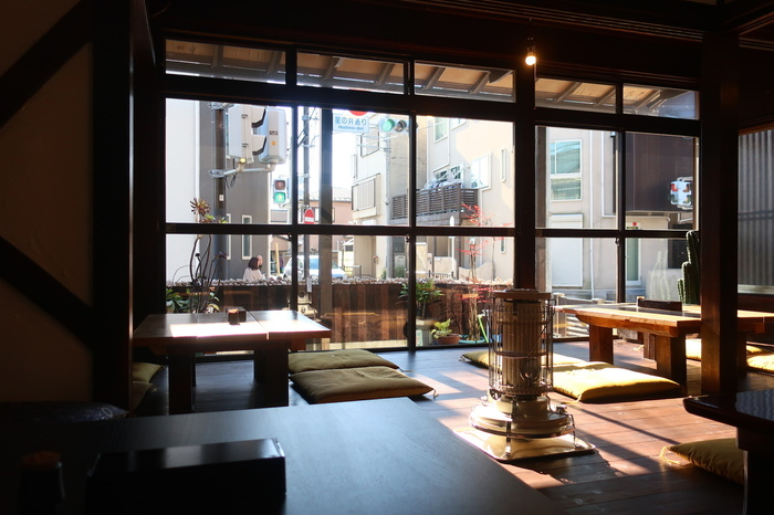 古民家を改装した店内の大きな窓から入る朝の光が心地よい!機会があれば是非宿泊もしてみたい素敵な場所です。
