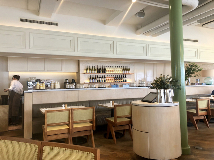 西海岸のリゾートのようなシンプルな内装とリッチな空間。海外のリゾート地にいるような錯覚に陥ります。