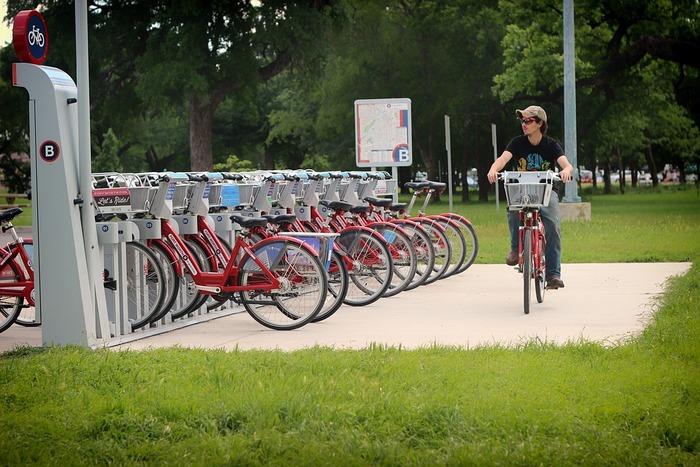 出先での移動に「自転車だったらラクなのに」と思うことありますよね。ほかにも、行きは自転車がいいけど、帰りは別の移動方法がいいなどの希望を叶えてくれるのが自転車のシェアサービス。最近では自治体が主体になって行っているところも増えてきています。観光バスなどを利用するよりも、身軽に移動ができるとあって、観光地でのシェアサイクルも注目を浴びています。