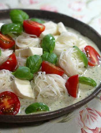 和の印象が強い素麺をイタリアンに仕上げた「豆乳バジルつゆ素麺」。爽やかなジェノベーゼを豆乳で伸ばしてスープ仕立てに。そこに白だしを加えることでグッと味が引き締まります!暑い時期にオススメの一品です。