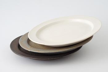 色は3色。ちょっと幅広の縁がキリッとしていて、存在感がありますね。電子レンジはもちろんオーブンにも対応した、機能性も満点のお皿です。