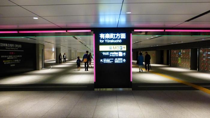 東京駅」周辺の地下は、広範囲にわたって地下道が伸び、地下街が広がっていますので、車や天候に煩わされることなく歩けます。紹介した店は、最寄り駅があっても徒歩圏内。時間があるのなら、歩いて訪れてみましょう。 【周辺の商業施設やビルへ直接繋がる、東京駅丸の内側の地下道】