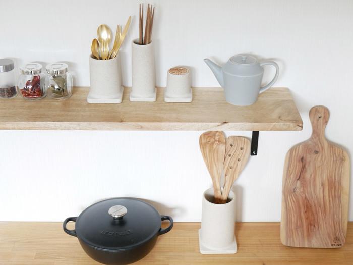 こちらは、カトラリーやお箸立てまで同じシリーズで揃えたレイアウト。 ウォールシェルフに飾るように置けば、オブジェのような雰囲気に◎  シンプルなデザインを選べば、木製や金属製など、さまざまな素材のキッチンツールとも相性良くおさまります。
