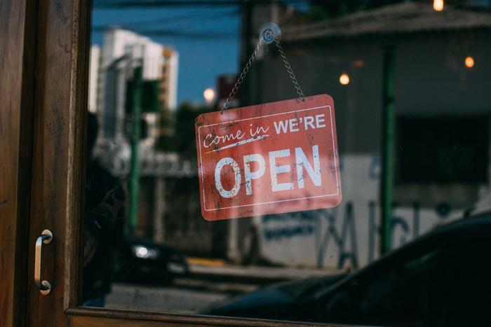 自分の作品や誰かの役に立ちそうなものを売る場合、ネットショップという方法もありますが、実店舗で売る良さも捨てがたいですよね。とはいえ、いきなり場所を借りて店舗を始めるのはハードルが高いもの。すでに営業しているお店の一角を借りた「ポップアップストア」はどうでしょう。いつも足を運ぶお店にいつもと違う商品が並ぶのは、お店を利用する側にとっても、場所を貸すお店の経営者にとっても、いい出会いがありそうですよね。