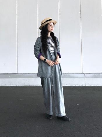 フォーマルライクなセットアップの外しアイテムに、ボーダーは最適。着こなしをほどよくカジュアルダウンしてくれ、どこか優しげな雰囲気に導きます。さり気なく被った帽子も女性らしさを引き立てていますね。