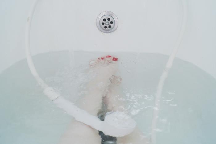 血行を促進させるには、入浴と水のシャワーを3~5回繰り返す「交互入浴」がオススメです。夏はシャワーだけで済ませる方も多いですが、しっかり入浴してリラックス効果も高めましょう。お気に入りの入浴剤を楽しむのも良いですね♪
