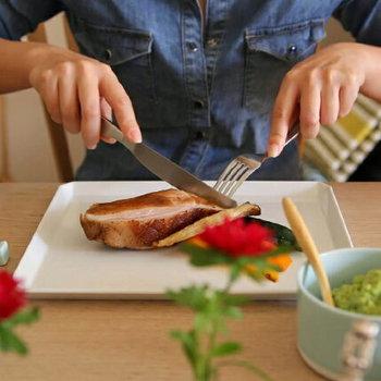 こんな風にメインを盛りつけると余白が楽しめるくらい大きな角皿。丸いピザを盛りつけてもお皿の存在感が残るのが、角皿の魅力です。実は、テーブルの上でも収納してもデッドスペースが少ない角皿。思い切って大きな一つを選んでみませんか?
