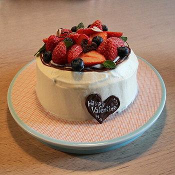 このケーキが乗っているプラッターと呼ばれるお皿は、3㎝ほどある高さが特徴ですが、使い方は大皿と一緒です。もちろんケーキやスイーツにもピッタリですが、これにピザをのせると一気にテーブルの上の主役に♪
