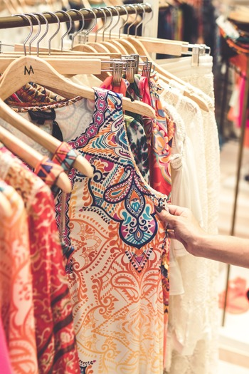 洋服のレンタルサービスもシェアエコのひとつ。一度試してみたいと気になっている人もいるのではないでしょうか。月額制でどんどん新しいものを借りていき、基本的に自分の服は「買わない」スタイルもあれば、オケージョンドレスや浴衣など、特定のシーンに必要なファッションアイテムのみをレンタルするスタイルも。いずれにしてもセールのたびに「着るかも」と洋服を買っては断捨離するようなムダがなくなるきっかけになりそうです。