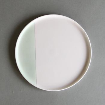 お皿には珍しいツートンカラーがとってもおしゃれな一枚。実は有田焼きなんです。伝統を守りながらも、新しい時代に愛される様にと作られたシリーズらしく、毎日飽きずに使えそうですよね。フラットなので、ピザ皿にもピッタリです。