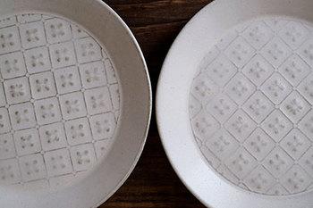 お花のパターンが立体的に見える、かわいい一皿。白釉(はくゆう)と言う釉薬が塗られ、色合いもパターンの浮き出し方も一枚一枚違うから面白いアイテムです。ピザを食べると出てくる模様が楽しめる、とっておきの一皿。